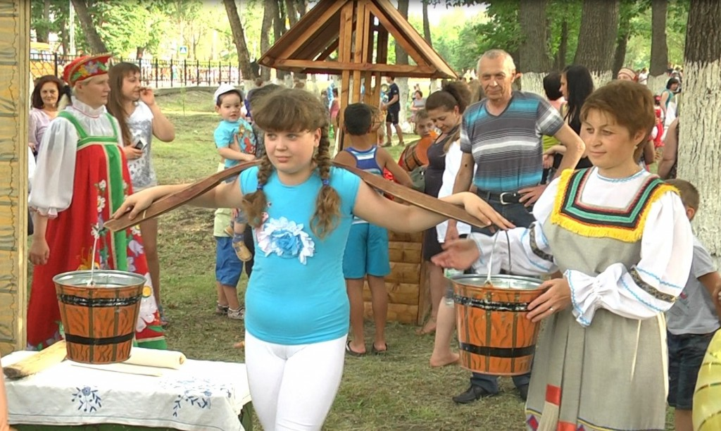 На празднике дети научились носить воду коромыслом